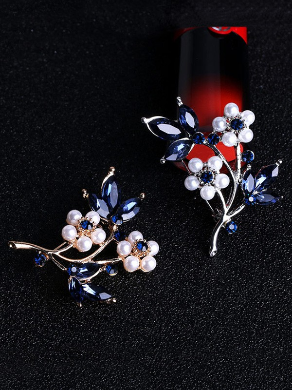 Flower Shaped Alloy With Rhinestone Ladies' Brooch